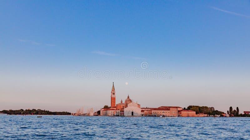 Iglesia y campanario de San Giorgio Maggiore debajo de la luna sobre w imágenes de archivo libres de regalías