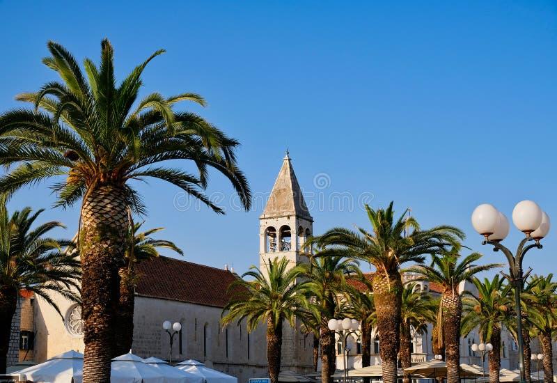 Iglesia y campanario históricos, castillo partido, Croacia foto de archivo