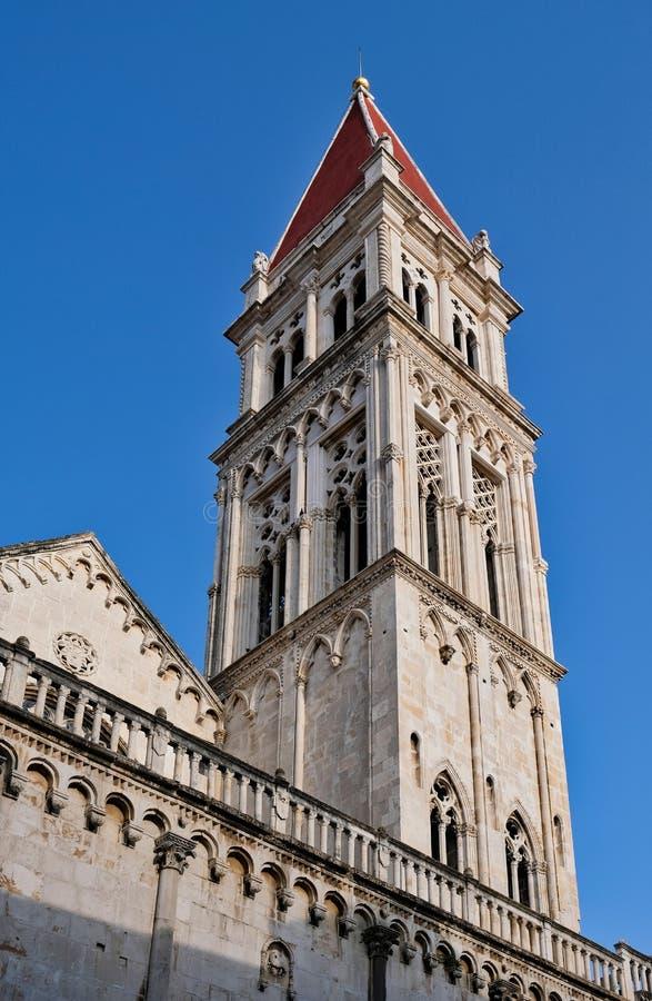 Iglesia y campanario históricos, castillo partido, Croacia fotos de archivo libres de regalías