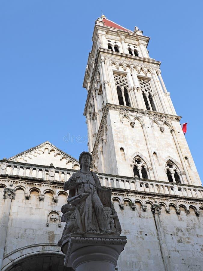 Iglesia y campanario históricos, castillo partido, Croacia fotografía de archivo