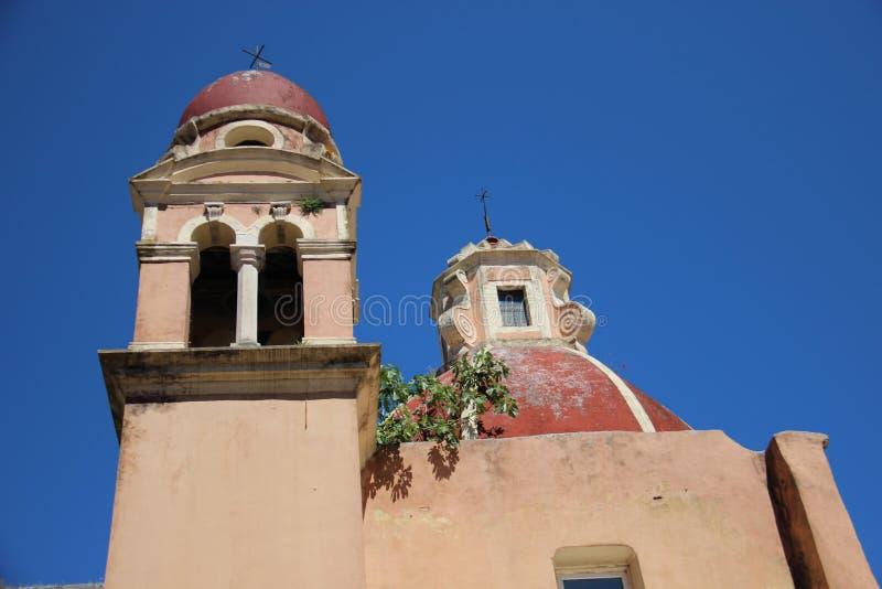 Iglesia y campanario viejos con el cielo azul claro imágenes de archivo libres de regalías