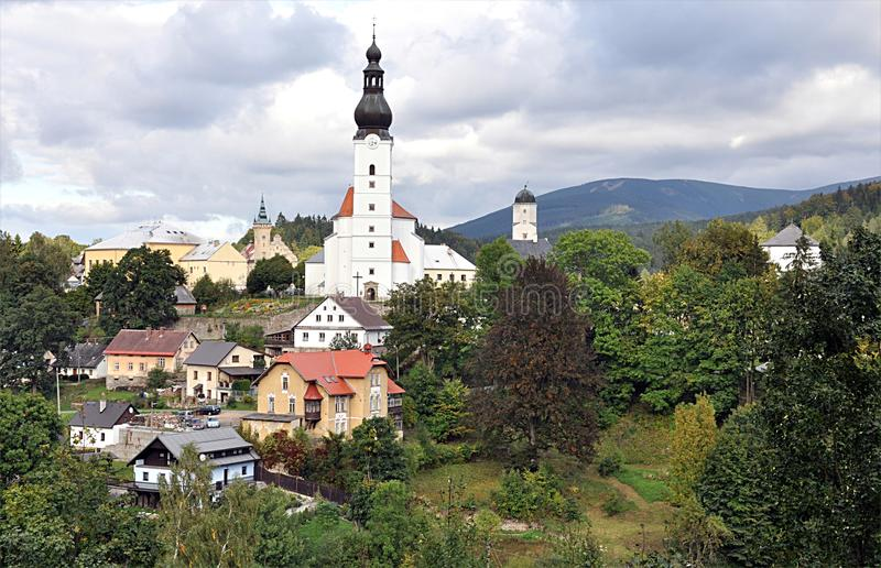 Iglesia y castillo, pueblo Branna, República Checa, Europa fotos de archivo libres de regalías