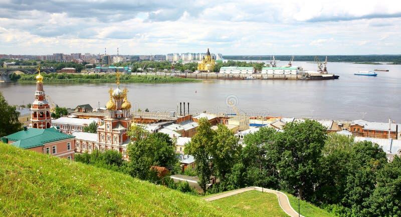 Iglesia y catedral Nevsky de Stroganov de la opinión de julio imagen de archivo
