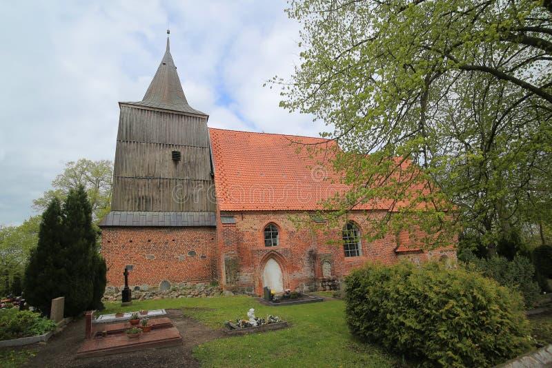 Iglesia y cementerio góticos del ladrillo en Hohendorf foto de archivo libre de regalías