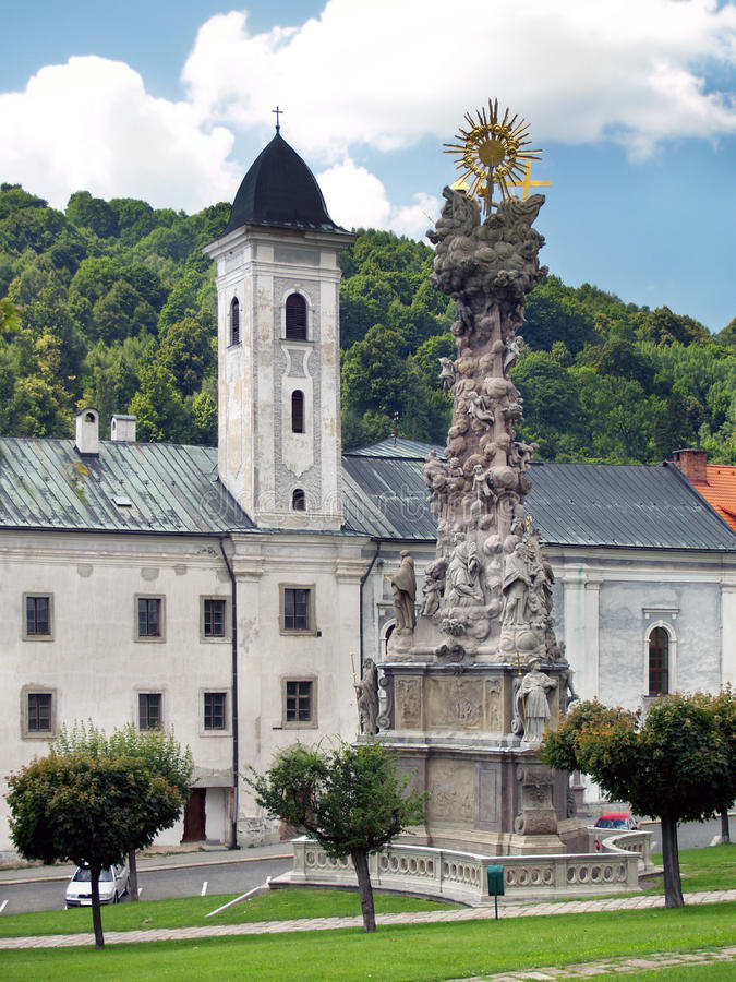 Iglesia y columna de la plaga en Kremnica imagen de archivo