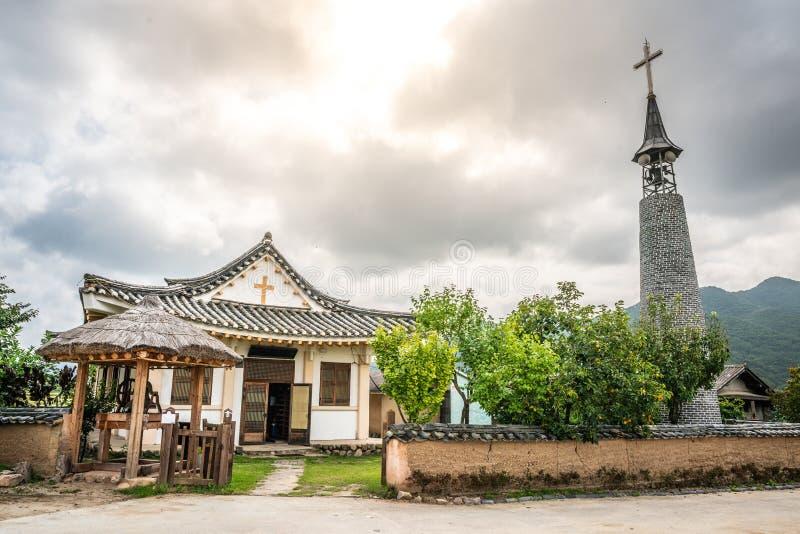 Iglesia y cruz al estilo coreano en el histórico pueblo hahoe con dramática luz Andong Corea del Sur imagen de archivo