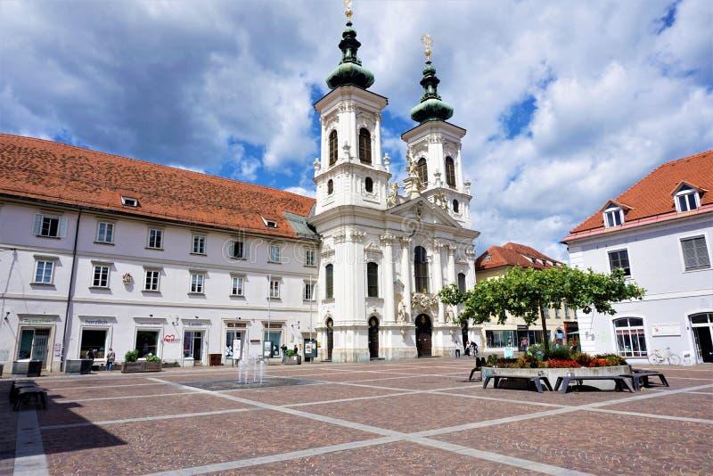 Iglesia y cuadrado de Mariahilfer en Graz imagen de archivo libre de regalías