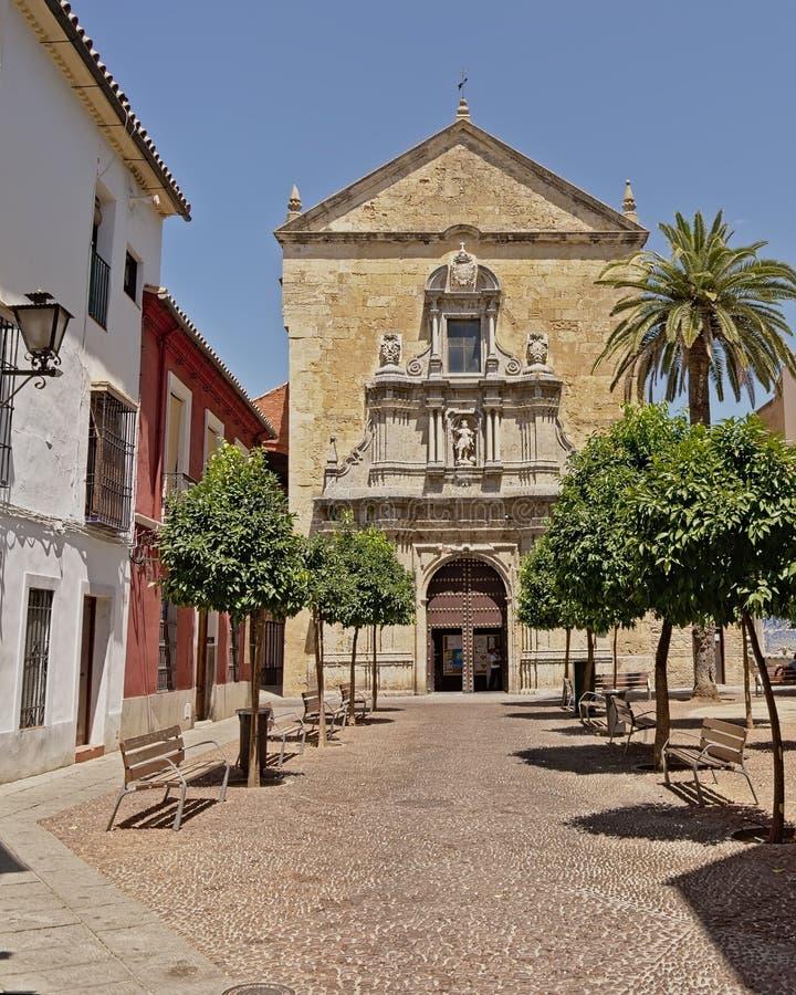 Iglesia y cuadrado de San Fransisco con los árboles anaranjados en Córdoba foto de archivo libre de regalías