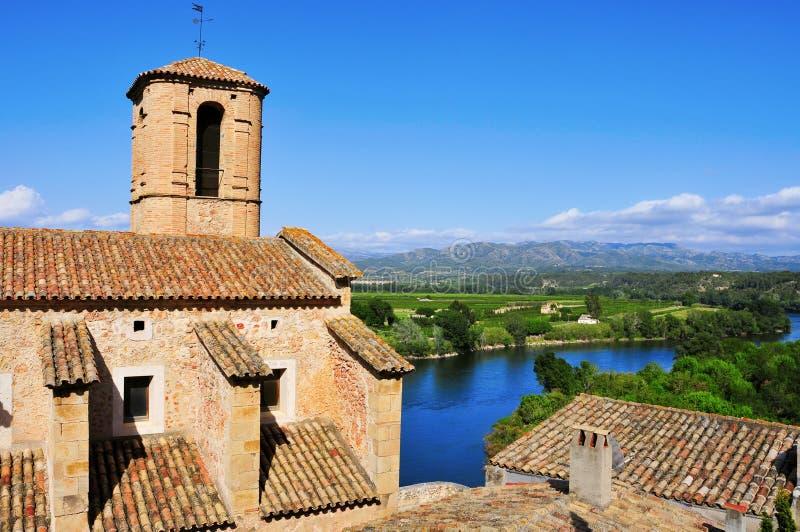 Iglesia y el río Ebro de Esglesia Vella en Miravet, España foto de archivo libre de regalías