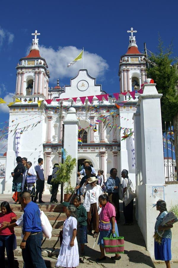 Iglesia y gente mexicanas fotos de archivo