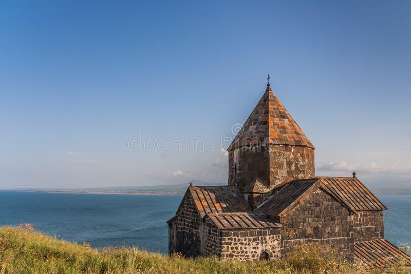 Iglesia y lago Sevan en Armenia imagen de archivo