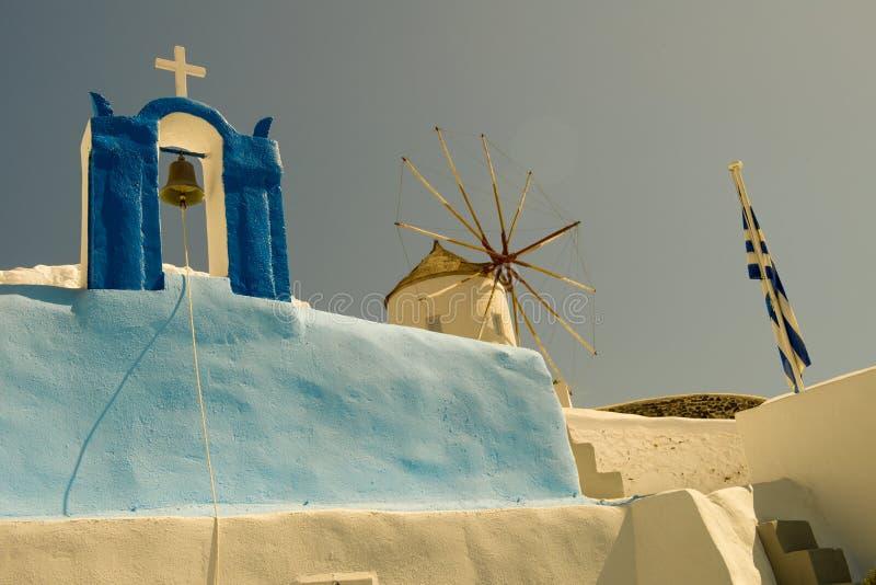 Iglesia y molino de viento foto de archivo