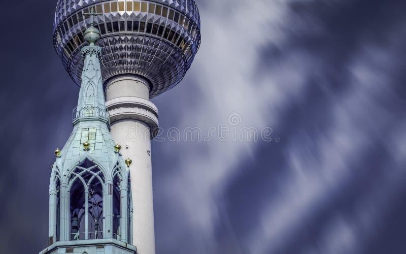 Iglesia y opinión de la composición de la torre de la TV foto de archivo