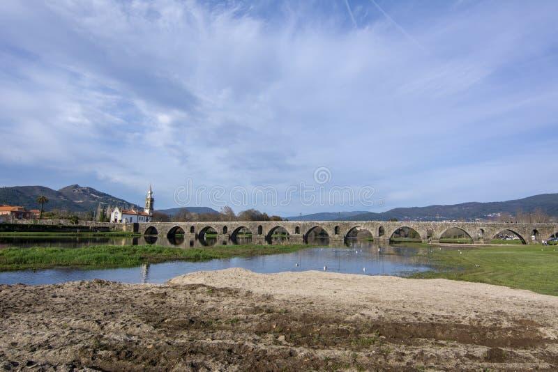 Iglesia y puente romano en Ponte de Lima, Portugal foto de archivo libre de regalías