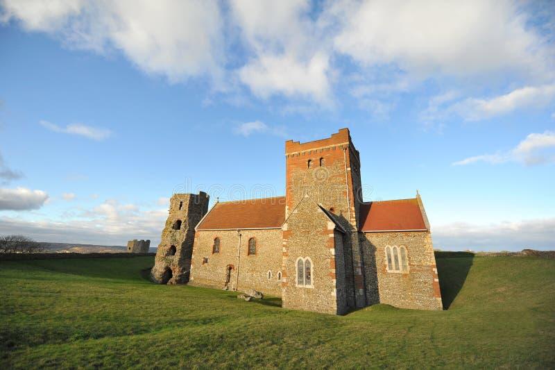 Iglesia y torre sajonas del castillo de Dover imagen de archivo libre de regalías