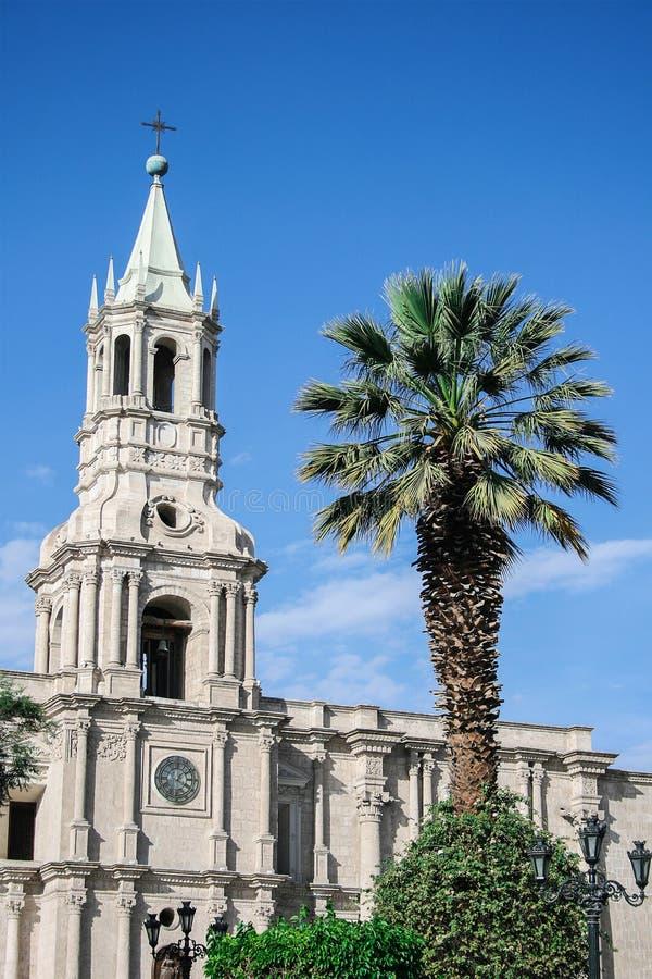 Iglesia y una palmera fotografía de archivo libre de regalías