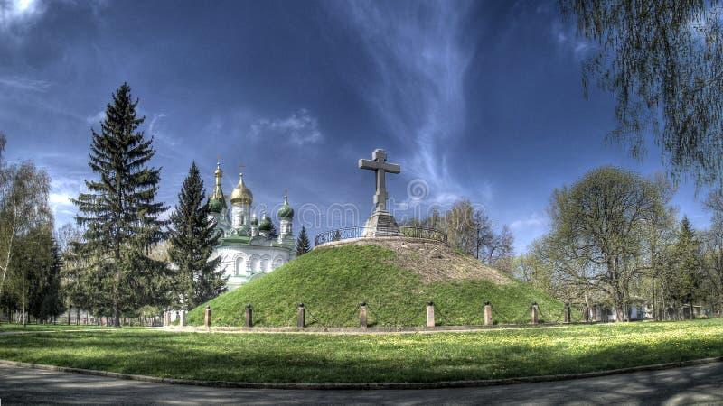 Iglesia y una tumba de soldados foto de archivo