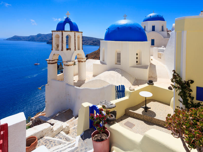 Iglesias azules Oia Santorini de la bóveda imagenes de archivo