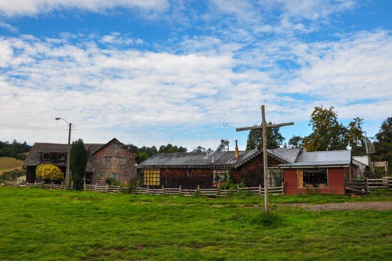 Iglesias coloreadas y de madera magníficas, isla de Chiloe, Chile imágenes de archivo libres de regalías