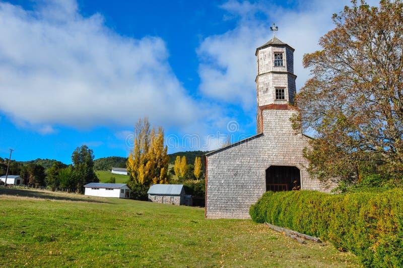 Iglesias coloreadas y de madera magníficas, isla de Chiloe, Chile imagen de archivo