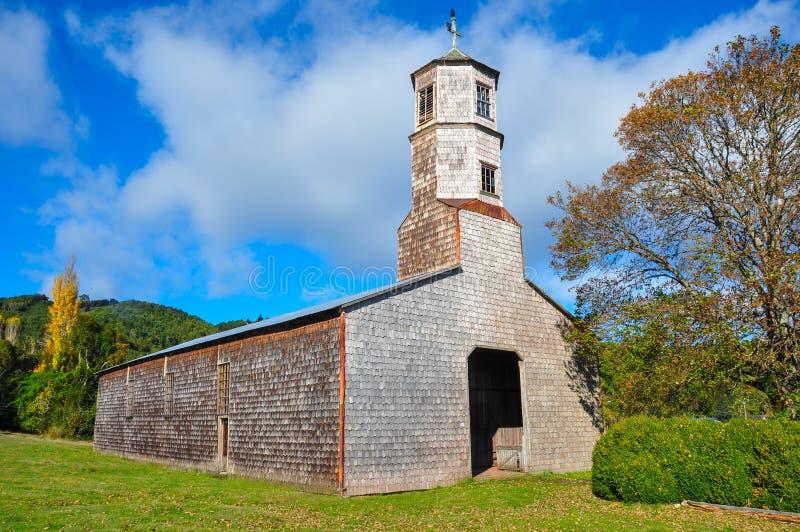 Iglesias coloreadas y de madera magníficas, isla de Chiloe, Chile foto de archivo libre de regalías