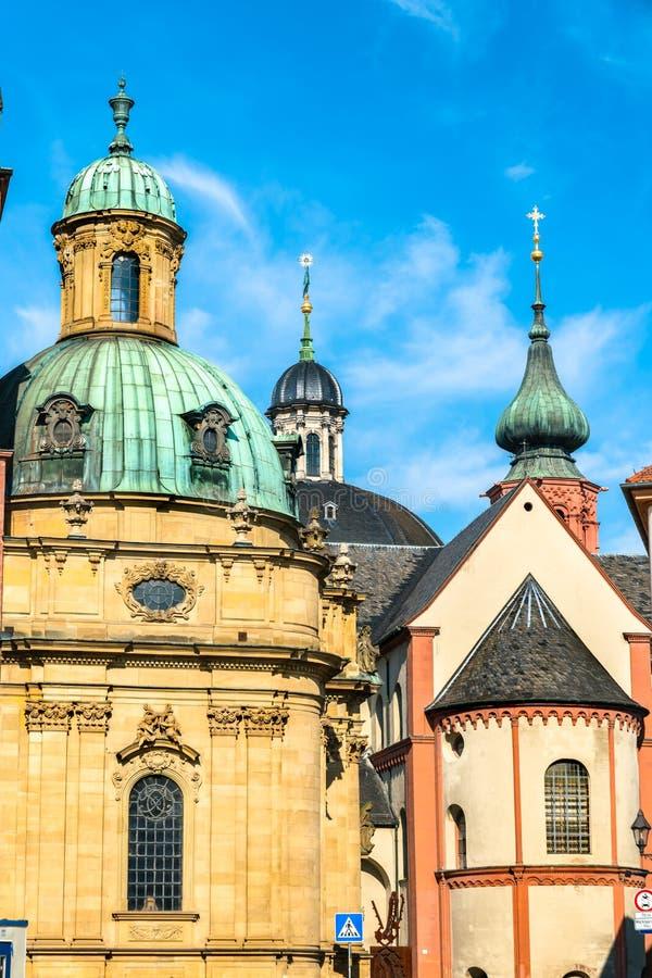 Iglesias en la ciudad vieja de Wurzburg, Alemania foto de archivo