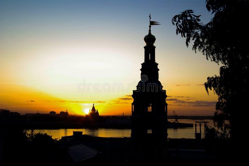 Iglesias en la tarde y el horizonte horizontales imagen de archivo libre de regalías