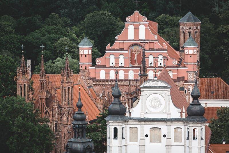 Iglesias históricas múltiples rodeadas por los árboles verdes en Vilna, Lituania fotografía de archivo libre de regalías