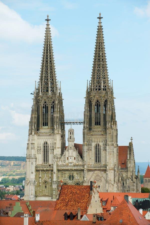 Iglicy St Peter katedra nad dziejowi budynków dachy nad niebieskim niebem w Regensburg, Niemcy obrazy royalty free