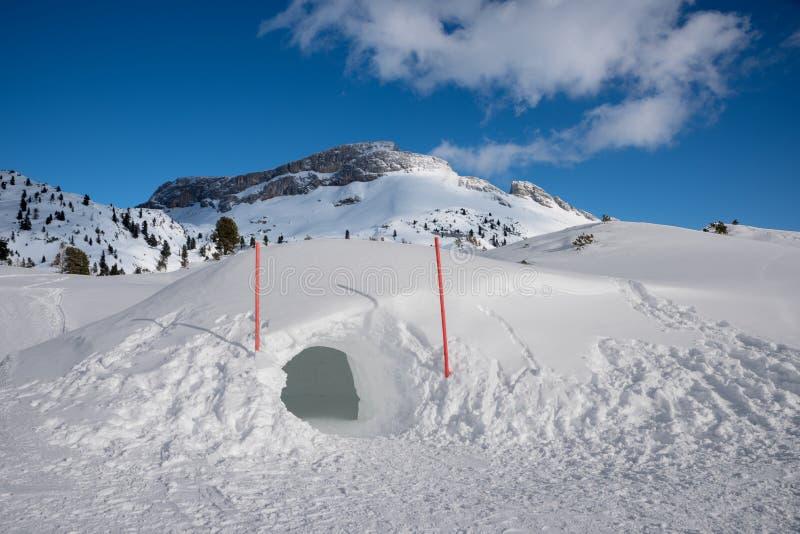 Igloo i snövinterlandskap, österrikiska fjällängar royaltyfri foto