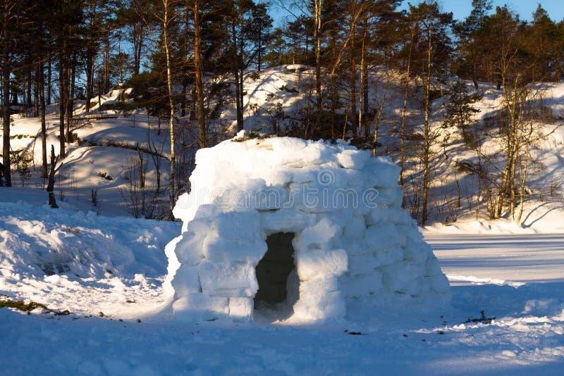 Iglu - Haus im Winter auf dem See lizenzfreies stockfoto