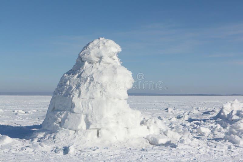 Iglu que está em uma clareira nevado imagens de stock