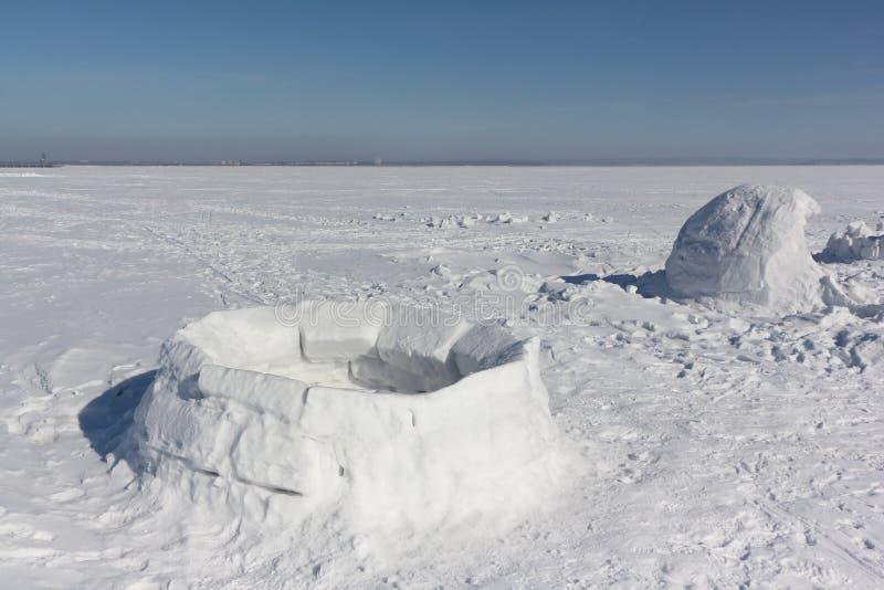 Iglu unfertig auf einer Schneelichtung stockfotos