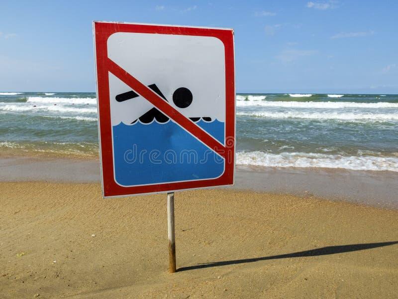 IGN en la playa con nadada y no símbolo del hombre, no advierte ninguna natación permitida imagenes de archivo