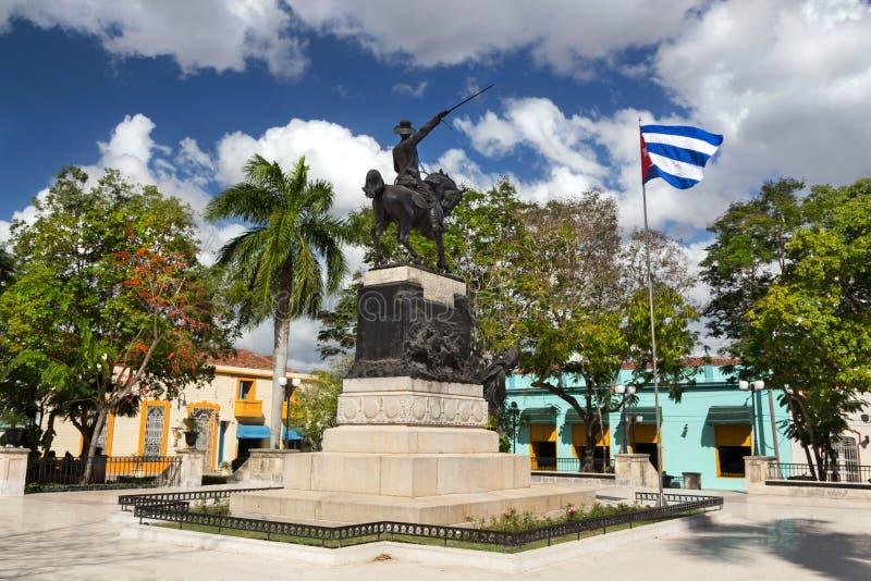 Ignacio Agramonte Public Park na praça da cidade de Camaguey Cuba com o soldado cubano Statue da guerra da bandeira e da indepen foto de stock royalty free
