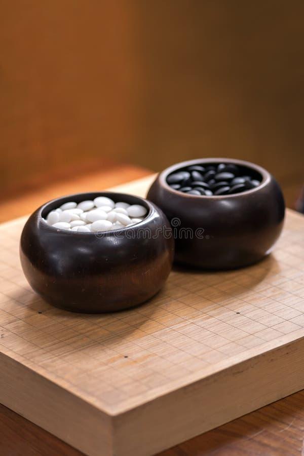Igo - è gioco da tavolo cinese con la pietra in bianco e nero fotografia stock