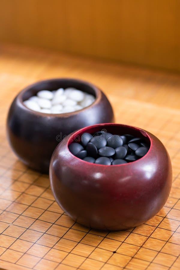 Igo - è gioco da tavolo cinese con la pietra in bianco e nero fotografia stock libera da diritti