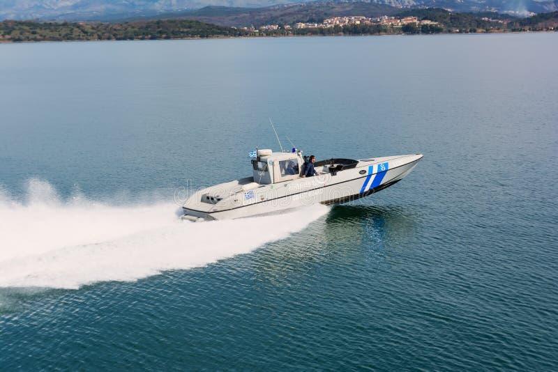IGOUMENITSA, GRÈCE - 3 MARS 2017 : Un bateau grec de la garde côtière sur la patrouille près du port d'Igoumenitsa image stock