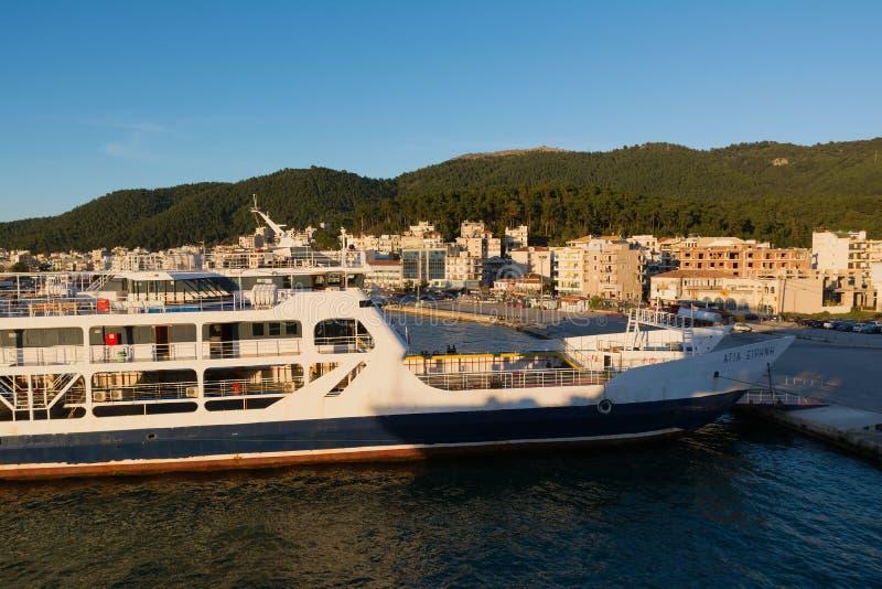 IGOUMENITSA, GRECIA - 2 MARZO 2017: Porto di Igoumenitsa in Grecia Navi e traghetti all'isola di Corfù fotografie stock libere da diritti