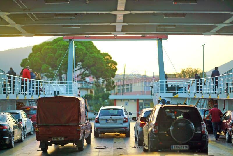 Igoumenitsa, Griekenland, 20 Oktober 2018, Aankomst van de veerboot van Korfu met auto's klaar voor het landen stock foto