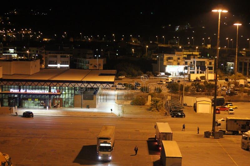 Igoumenitsa-Hafen, Griechenland, nachts stockbilder