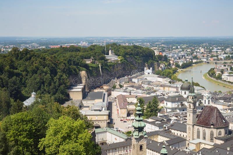 Igreja aérea do centro da arquitetura da cidade da cidade da opinião do zangão de Salzburg imagem de stock