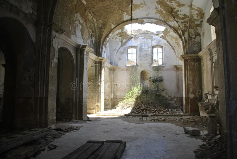 Igreja abandonada com o telhado desmoronado em Craco, Itália fotos de stock