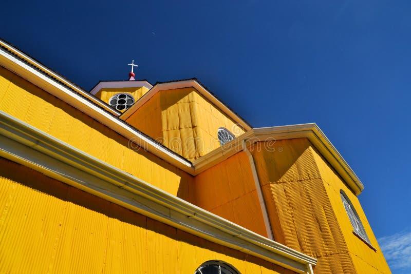 Igreja amarela e roxa de Castro, Chiloe, o Chile fotografia de stock