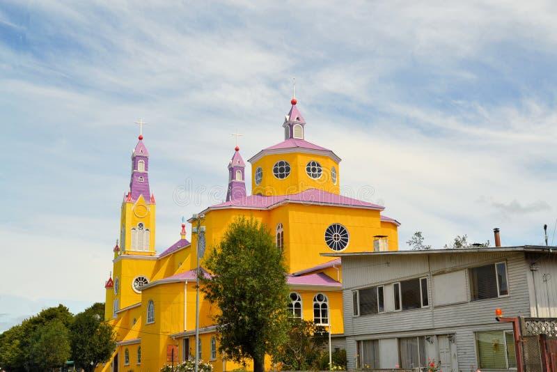 Igreja amarela e roxa de Castro, Chiloe, o Chile fotografia de stock royalty free