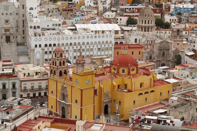 Igreja amarela perto da universidade, Guanajuato, México fotografia de stock royalty free