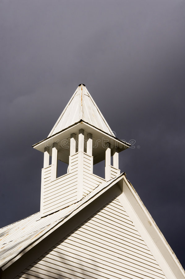 Igreja antes de um temporal foto de stock