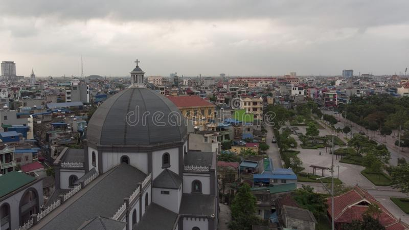 A igreja antiga está alta na cidade foto de stock