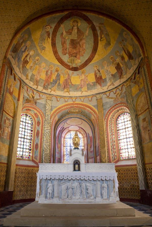 Igreja Anzy-le-Duc França do altar do fresco fotografia de stock
