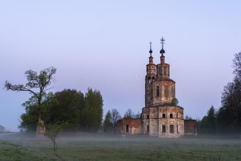 Igreja arruinada abandonada em Rússia Vila de Kolentsy, Ryazan O sol levanta-se acima das nuvens do mar e do ouro foto de stock royalty free